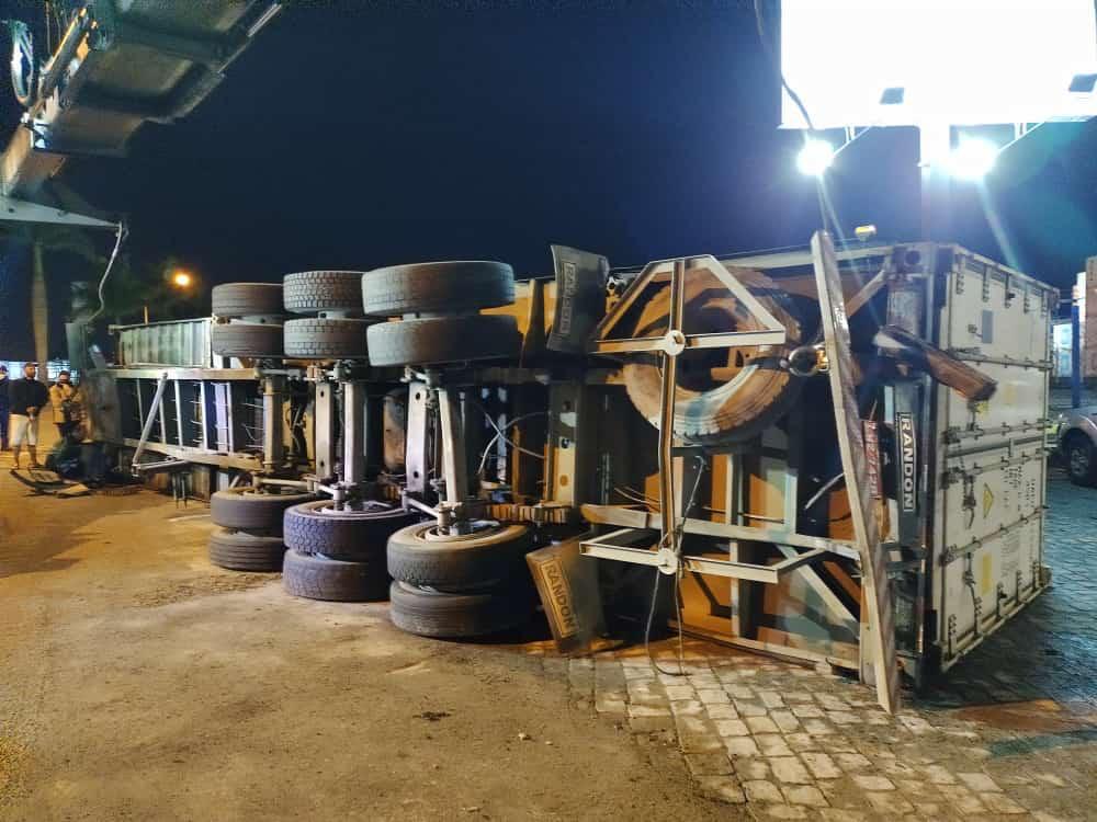 Porto de Itajaí libera caminhoneiro supostamente alcoolizado e caminhão tomba em seguida